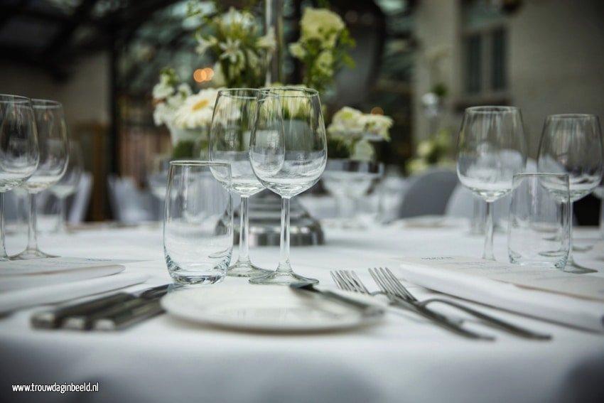 Bloemen en styling diner op een bruiloft