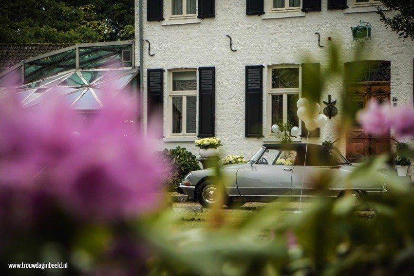 Bloemen en styling op een trouwauto