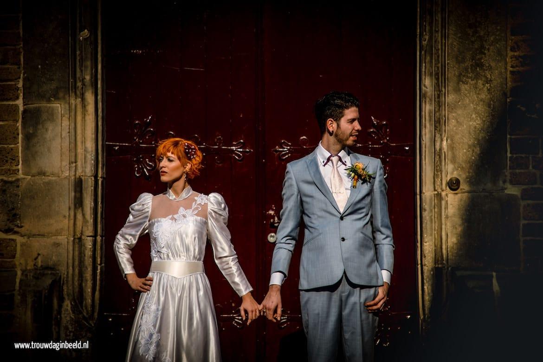 Bruidspaar workshop bruidsfotografie Deventer voor de deur van de kerk