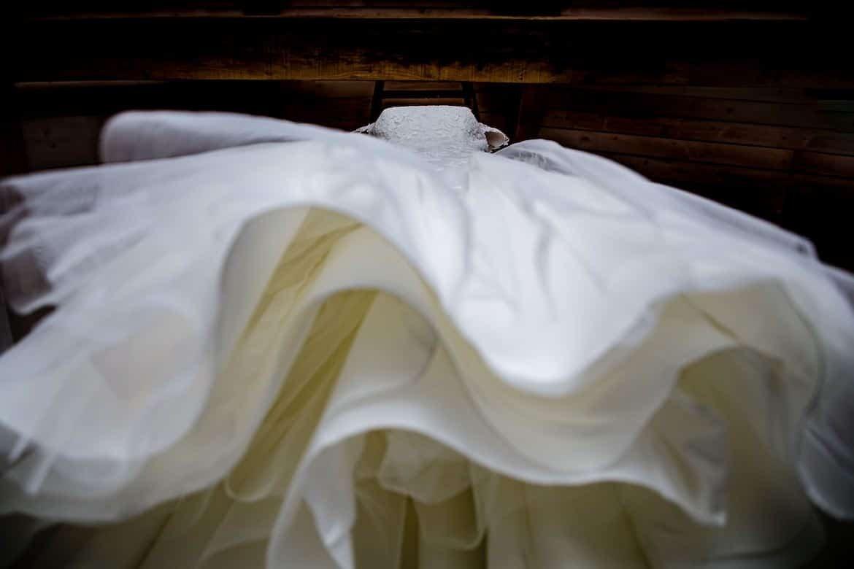 Trouwjurk Trouwschoenen Mercedes trouwauto Trouwringen Aankleden bruid Bruidsboeket Bruid in spiegel Aankleden bruid Details sluier Details en voorbereidingen Bruidsfotograaf Trouwdag in Beeld trouwfotografie fotograaf bruiloft