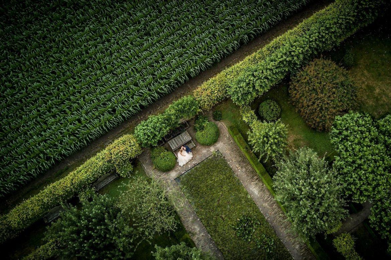 Bruidsfotograaf voor ongedwongen trouwfotografie met drone